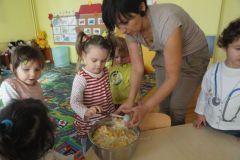 Przygotowywanie sałatki owocowej