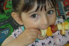 Szaszłyki owocowe przygotowane przez grupę BIEDRONECZEK